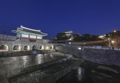 華城の代表的建築物、華虹門=(聯合ニュース)