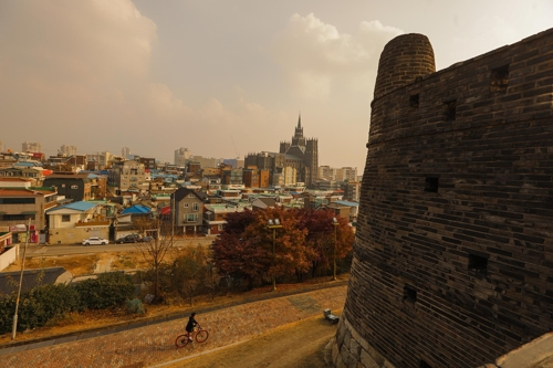水原華城の見どころの一つ、烽火台=(聯合ニュース)