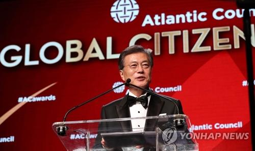 9月19日、米ニューヨークでシンクタンクのアトランティック・カウンシル主催の「グローバル市民賞」を受賞した文大統領=(聯合ニュース)