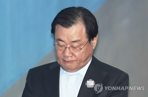 11月16日、逮捕の可否を決める令状審査を受けるため、ソウル中央地裁に入る李氏=(聯合ニュース)