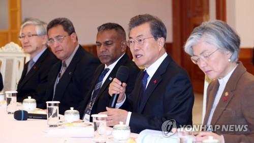 会談で発言する文大統領=5日、ソウル(聯合ニュース)