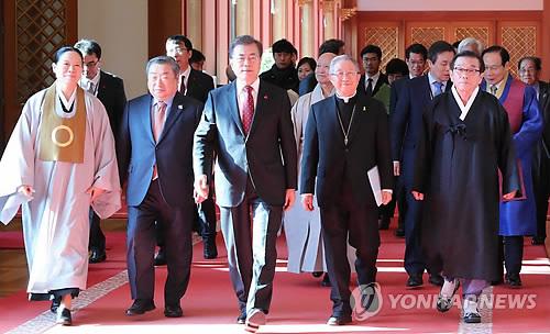 宗教の指導者らとの懇談会に向かう文大統領(左端から3人目)=6日、ソウル(聯合ニュース)