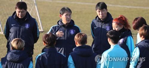 サッカー女子韓国代表と尹徳汝監督(中央)=(聯合ニュース)