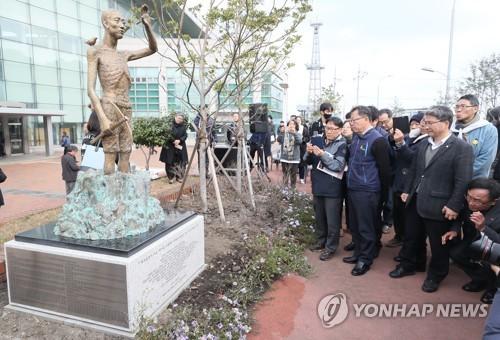 済州港第2埠頭沿岸旅客ターミナル前に設置された労働者像=7日、済州(聯合ニュース)