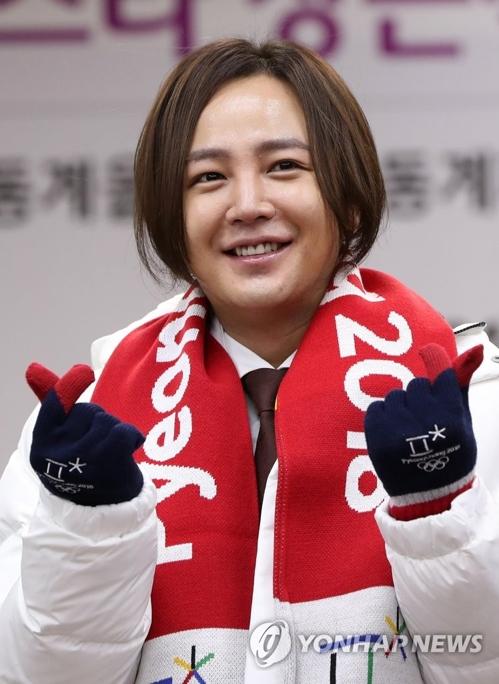 委嘱式でポーズを取るチャンさん=8日、春川(聯合ニュース)