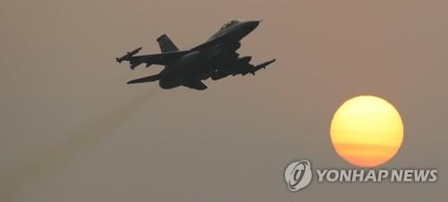 7日、光州の基地で離陸する戦闘機F16=(聯合ニュース)