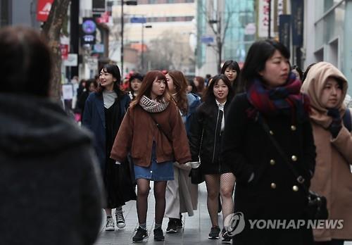 ソウルの繁華街・明洞の観光客(資料写真)=(聯合ニュース)