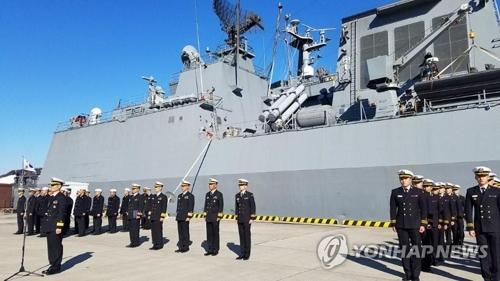 韓国海軍の駆逐艦「姜邯賛」と補給艦「華川」が横須賀に入港し、歓迎行事が行われた=11日、横須賀(聯合ニュース)