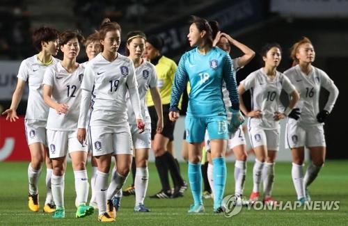 北朝鮮に敗れ、肩を落とす韓国選手=11日、千葉(聯合ニュース)