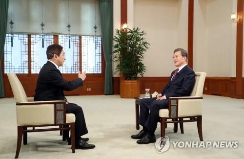 CCTVのインタビューに応じる文大統領(右)。その模様は11日夜、CCTVの番組で放送された(韓国大統領府提供)=(聯合ニュース)