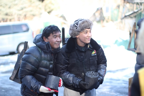 父親(左)とともにボランティア活動を行ったV.Iさん(イーマート提供)=(聯合ニュース)