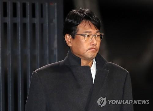 逮捕状請求が棄却され、ソウル拘置所を出る金氏=13日、義王(聯合ニュース)
