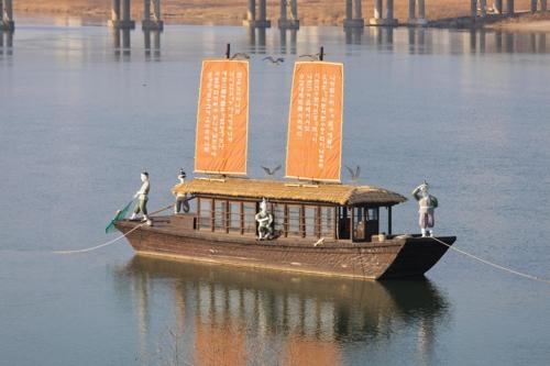南漢江に浮かぶ黄布帆船=(聯合ニュース)
