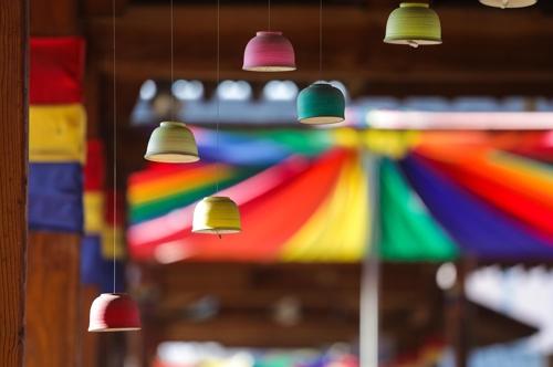色鮮やかな陶磁器が飾られた陶磁ワールド=(聯合ニュース)