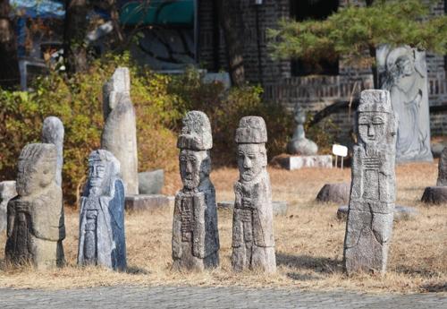 木芽博物館の野外に展示された作品=(聯合ニュース)