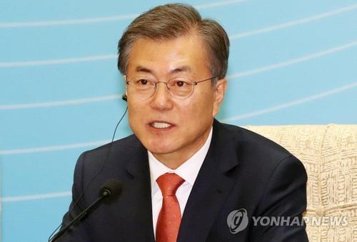 韓中ビジネス・ラウンドテーブルであいさつする文大統領=13日、北京(聯合ニュース)