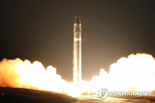 北朝鮮が朝鮮労働党機関紙「労働新聞」で公開した「火星15」発射場面=(聯合ニュース)