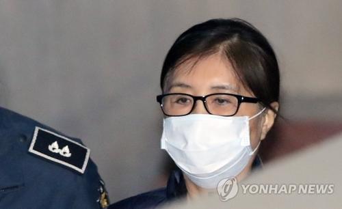 公判のためソウル地裁入りする崔被告=14日、ソウル(聯合ニュース)