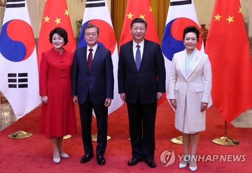 公式歓迎式で記念撮影する文大統領(中央左)夫妻と習主席夫妻=14日、北京(聯合ニュース)