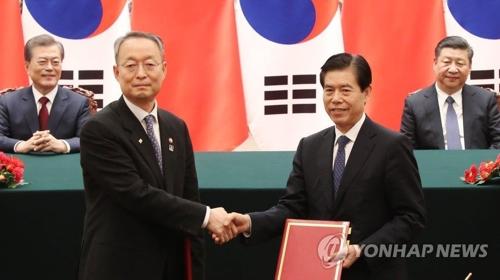 MOUの署名式に出席した文大統領(左端)と習近平国家主席(右端)=14日、北京(聯合ニュース)
