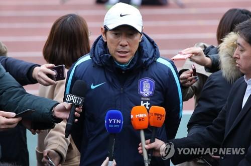 味の素スタジアムで記者団の質問に答える申監督=15日、東京(聯合ニュース)