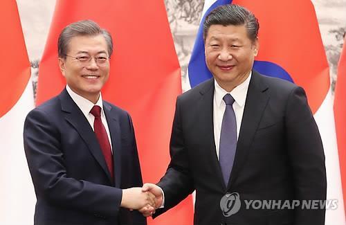 文大統領(左)は14日に北京で習近平国家主席と首脳会談を行った=(聯合ニュース)