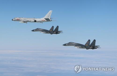 中国空軍の爆撃機と戦闘機(資料写真)=(聯合ニュース)