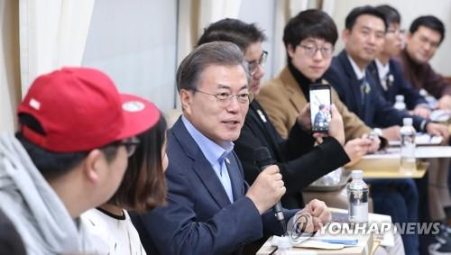 列車内で抽選で選ばれた市民と対話する文大統領=(聯合ニュース)