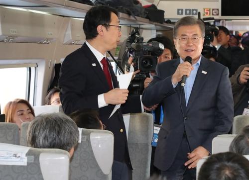 試乗会に出席した文大統領=19日、江陵(聯合ニュース)