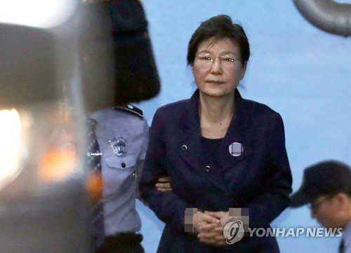 10月16日、公判後にソウル中央地裁を出る朴氏=(聯合ニュース)