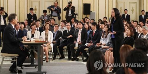 今年8月、文大統領の就任100日の記者会見で質問する海外記者(資料写真)=(聯合ニュース)