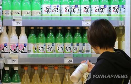 韓国のスーパーで販売されているマッコリ(資料写真)=(聯合ニュース)