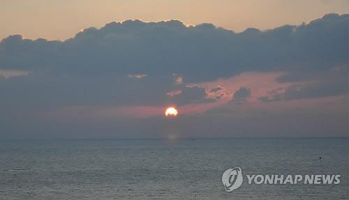 独島で撮影した今年の元日の日の出(慶北地方警察庁提供)=(聯合ニュース)