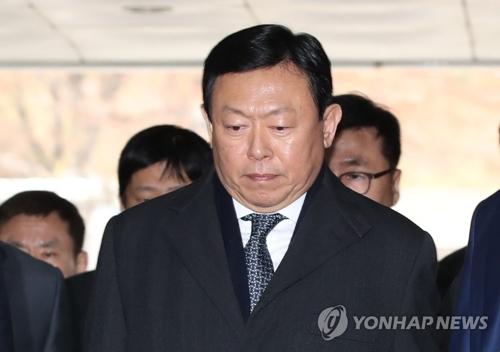 硬い表情で入廷する辛東彬被告=22日、ソウル(聯合ニュース)