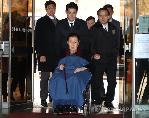 車いすで地裁入りする辛格浩被告=22日、ソウル(聯合ニュース)
