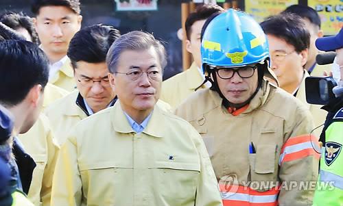 火災現場を訪れた文大統領=22日、堤川(聯合ニュース)
