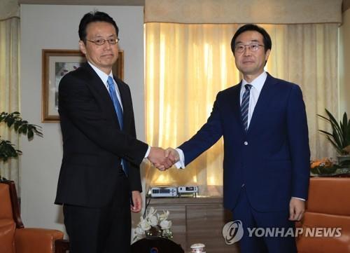10月にソウルで会合した李氏(右)と金杉氏=(聯合ニュース)