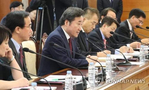 在外同胞政策委員会で発言する李洛淵(イ・ナクヨン)首相(左から3人目)=22日、ソウル(聯合ニュース)