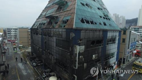 火災が発生した8階建てのビル=22日、堤川(聯合ニュース)
