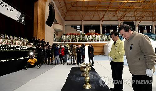 合同焼香所で犠牲者に黙とうをささげる李首相=24日、堤川(聯合ニュース)
