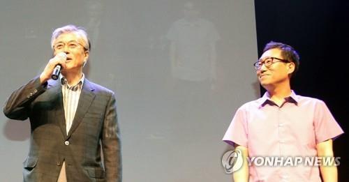 文大統領(左)と楊正哲氏(資料写真)=(聯合ニュース)