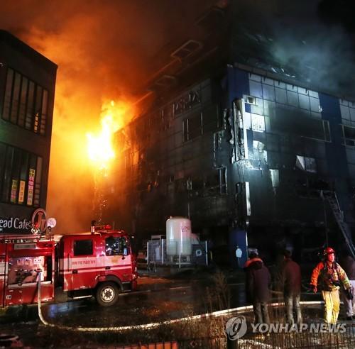 消火作業の様子(資料写真)=(聯合ニュース)