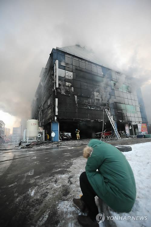 煙を上げる建物(資料写真)=(聯合ニュース)
