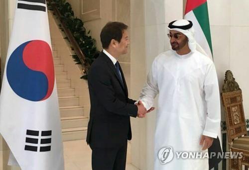 10日、ムハンマド皇太子(右)と握手を交わす任氏(青瓦台提供)=(聯合ニュース)