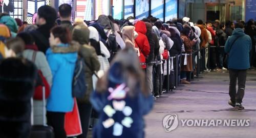 ソウル市内の免税店の開店を待つ長い列(資料写真)=(聯合ニュース)