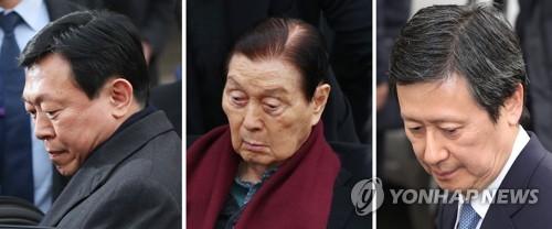 左から、韓国ロッテグループ会長の辛東彬氏、ロッテ創業者で東彬氏の父・辛格浩氏、東彬氏の兄の辛東主氏=(聯合ニュース)