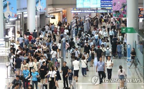 旅行客で混雑する仁川国際空港=(聯合ニュース)