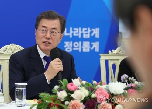 先月26日、青瓦台(大統領府)で少子高齢化に関する懇談会を開いた文大統領=(聯合ニュース)