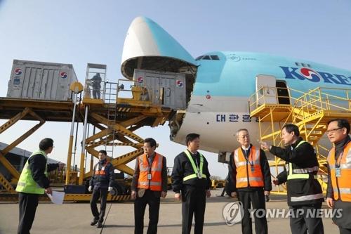 仁川国際空港の輸出貨物ターミナルを視察する白長官(右から3人目)=1日、仁川(聯合ニュース)