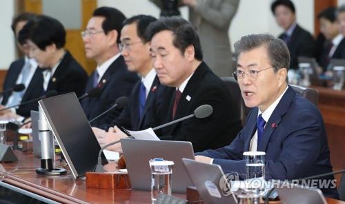 閣議で発言する文大統領(右端)=2日、ソウル(聯合ニュース)